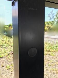 耐震補強工事の穴を塞いだカーポートの柱