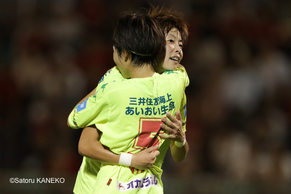 浦和を破り抱き合って喜ぶジェフL・櫻本(右)