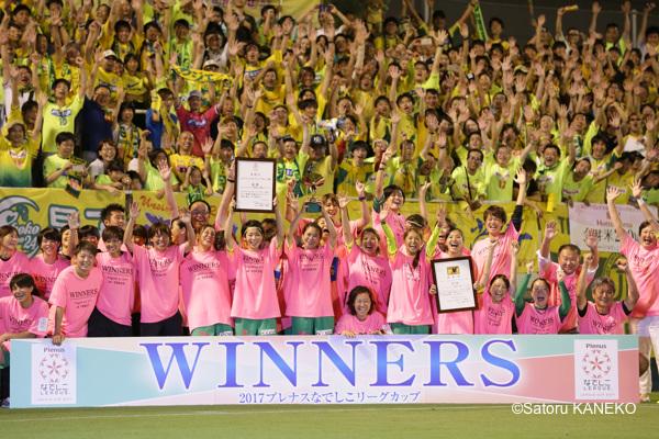 優勝し、サポーターとともに喜ぶジェフLの選手たち