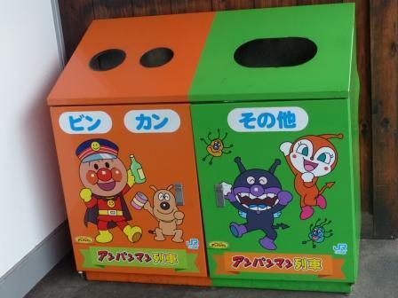 JR松山駅 アンパンマンのゴミ箱