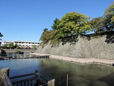 福井城跡御廊下橋と内堀