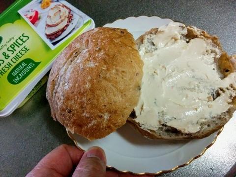 デンマーク産 Arla のクリームチーズ ハーブ&スパイス3