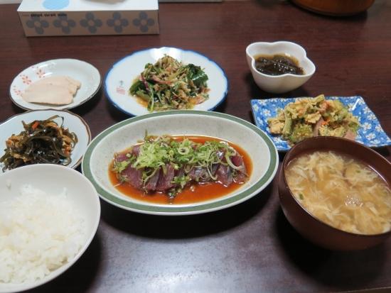 カツオ刺身ポン酢、ツナサラダ、ゴーヤチャンプルー、もずく酢、蒸し鶏、くーぶいりちー、かき玉汁