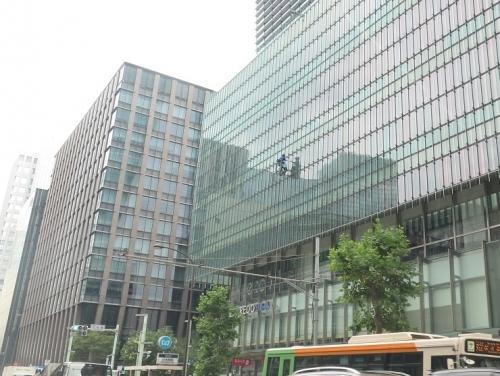 東京で窓を拭く人