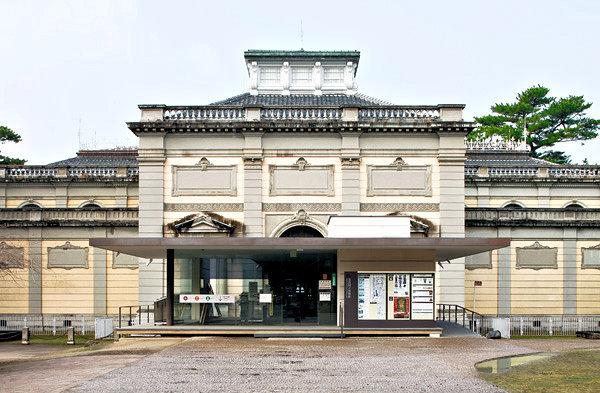奈良国立博物館・なら仏像館~向かって正面右傍に「鹿鳴荘」がある