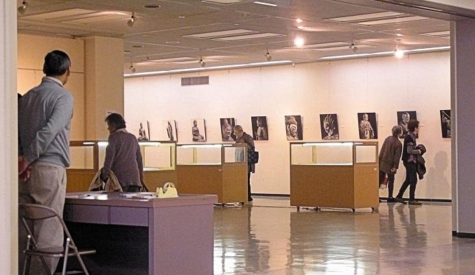 奈良県文化会館での「仏像写真家・永野太造展」開催風景