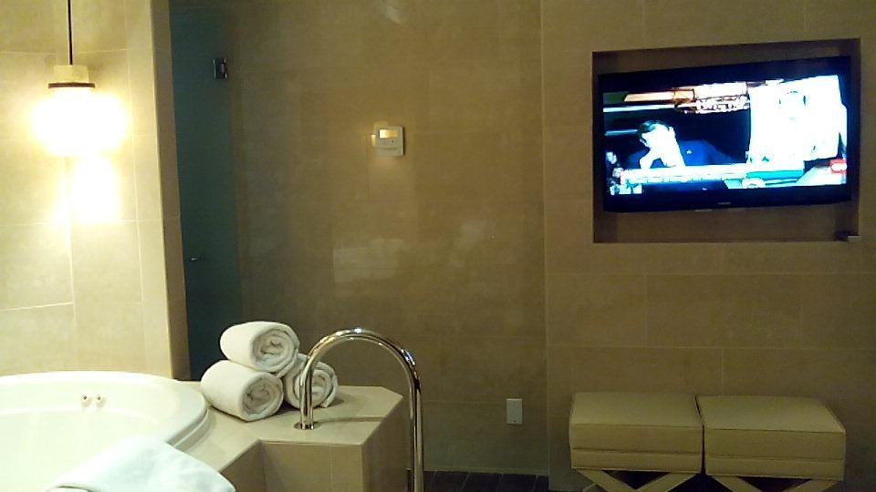 プレジデンシャルスイート11室内ジェットバスとテレビモニター