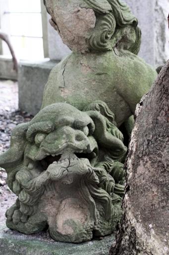 質留比神社の狛ワンコ