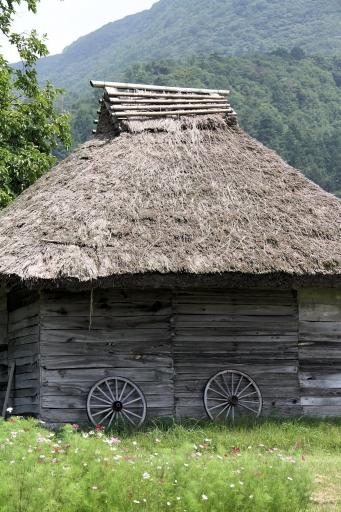 御机の茅葺き屋根の小屋