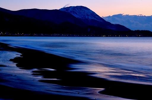 夜明けの海砂浜