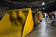 鉱山用重機。車高が低い。