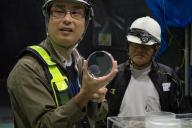 レーザー干渉計用反射鏡の実物。酸化アルミニウムで結構重い。