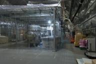 レーザー干渉計の検出器室。既にクリーンルーム化されており見学者は入れない。