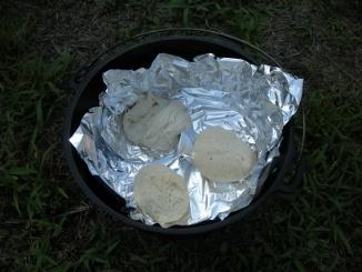 ダッチで朝ごパン(アルミホイルを敷いて)