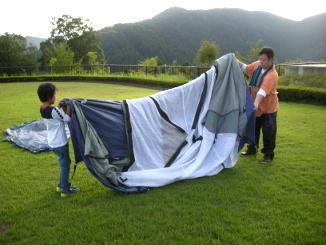 テント本体を広げる