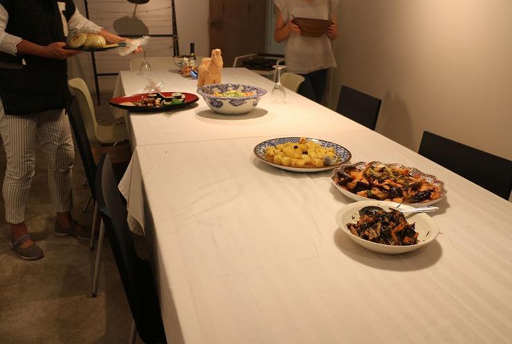 テーブルに料理が 夕方 29.8.11
