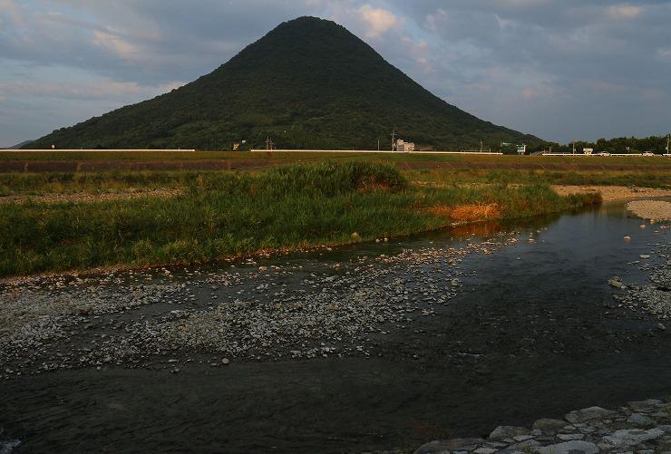 夕陽に赤くなる飯野山  29.8.28