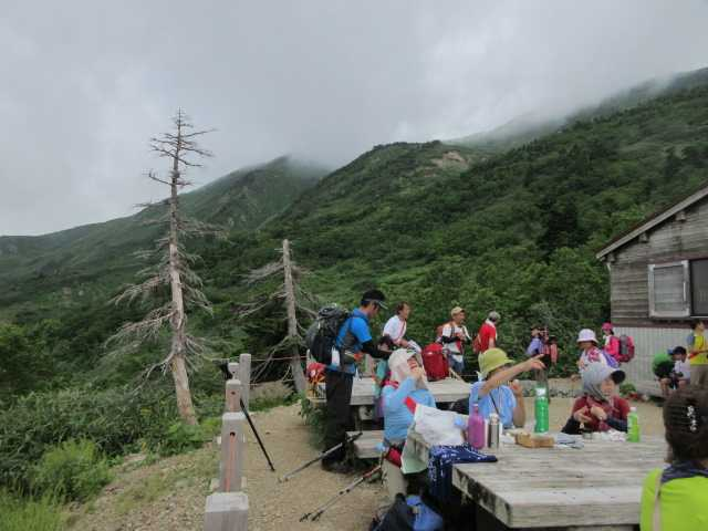 IMG1350JPGベンチでくつろぐ登山者