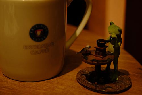 ツバキアキラが、エクセルシオールカフェでコーヒーを飲みながら撮った、カエルのコポーシリーズ・Mr.Frog