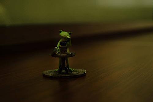 ツバキアキラが、ドトールでコーヒーを飲みながら撮った、カエルのコポーシリーズ・Mr.Frog