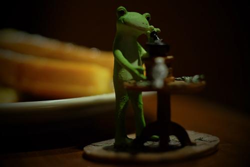 ツバキアキラが撮った、カエルのコポーシリーズ・Mr.Frog。フレンチトーストとコーヒー。