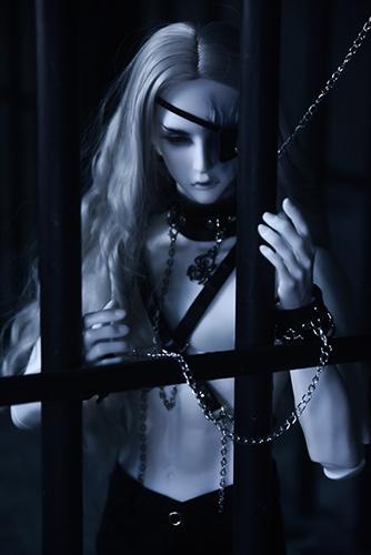 Ring doll、杉苔の空さんにメイクして頂いた、ゾンビヘッド・KaneのKarma。金網越しに、そして牢獄へ。徐々に拘束されていく。