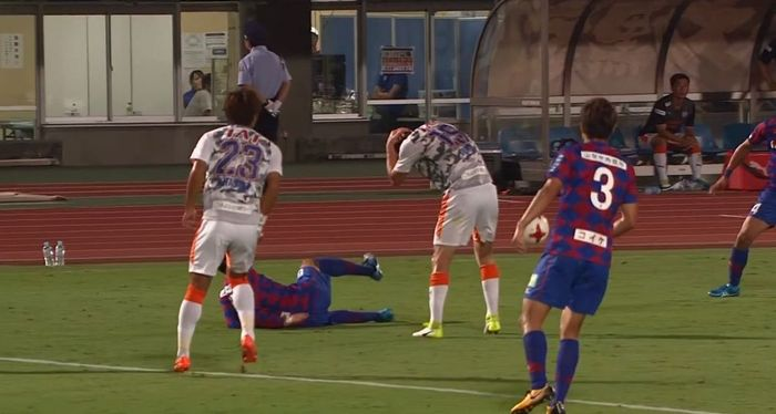Mitch Duke stunning no-look assist after being elbowed in the face (Shimizu S-Pulse [1] - 0 Ventforet Kofu)
