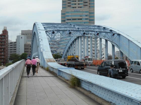 橋の左側を渡る