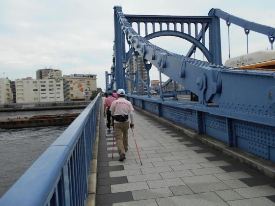 清洲橋を渡る