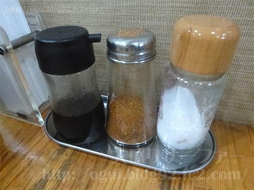 テーブル上の調味料類031