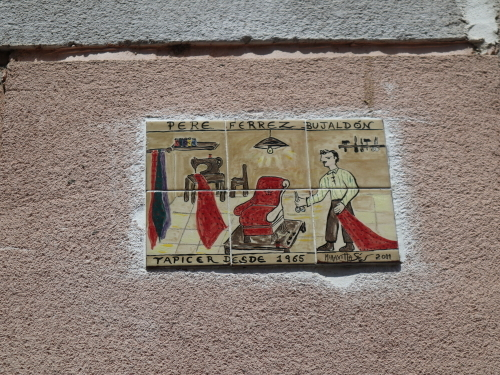 町の壁に描かれた屋号