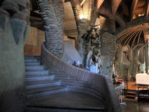 祭壇脇の階段