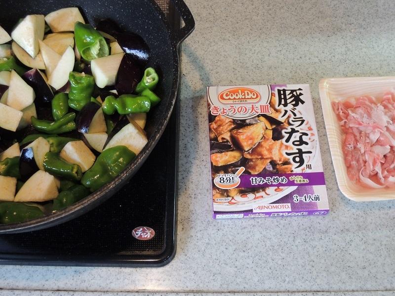 甘唐辛子と茄子を炒めます