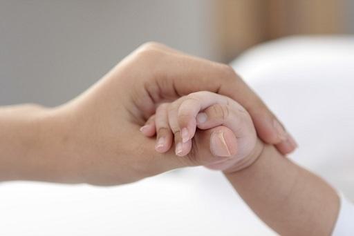 母 赤ちゃん 手