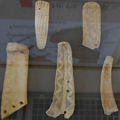 幾何学模様が描かれた鹿角製装身具