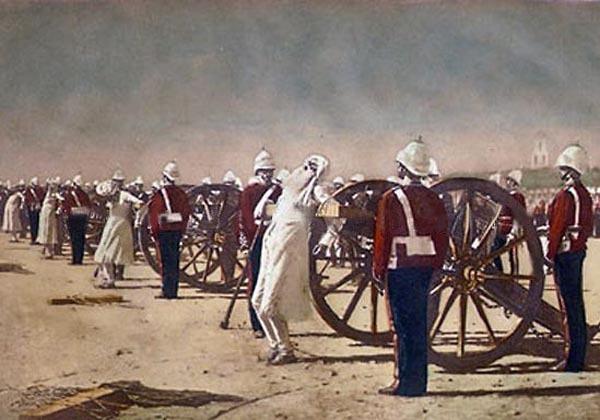 ヴェレシチャーギンが1884年に描いた絵画。反乱軍兵士を砲に括り付け、木の弾丸を発射する英軍による見せしめ。兵の軍装は反乱当時のものではなく描いた年代のものである。