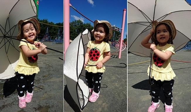 日傘で遊ぶ娘