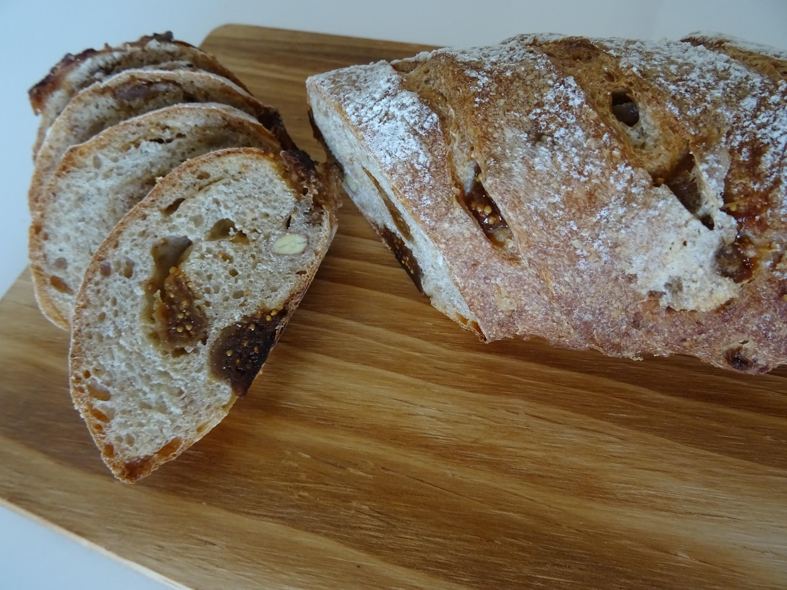 無花果と胡桃のライ麦パン