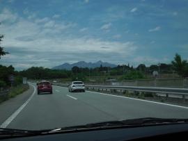 車窓から山々をのぞむ