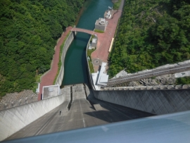 ダム放流口 上から