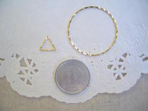 メタルリング:ダイヤカット三角形と大きな円