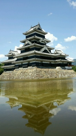 松本城水面に写る