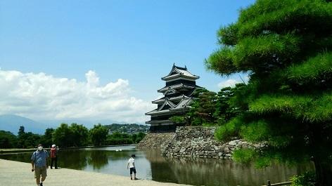 松本城お堀より