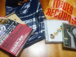 【写真】新宿で購入した紀伊國屋書店新宿本店の本とタワーレコードのCD