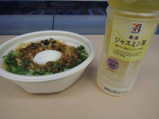 ご当地の味!旨辛台湾まぜそば(498円)+7プレミアムジャスミン茶(100円)