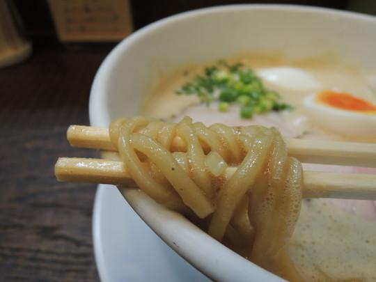 豚CHIKIしょうゆラーメンの麺