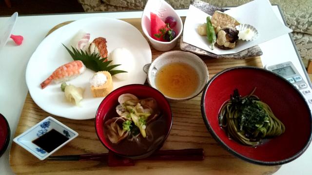 初日の昼ごはんお寿司