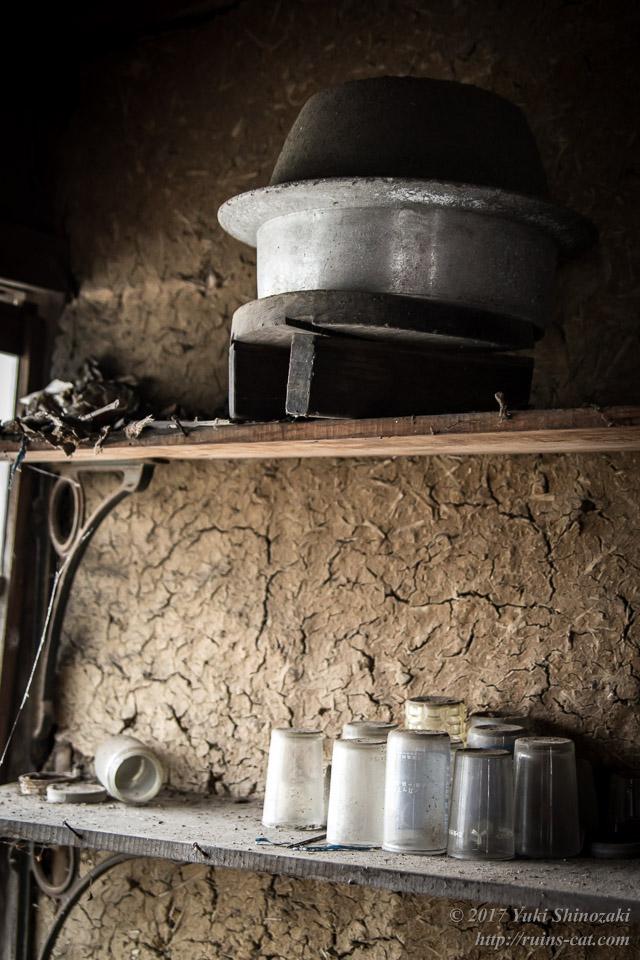 鉄の大釜とコップ