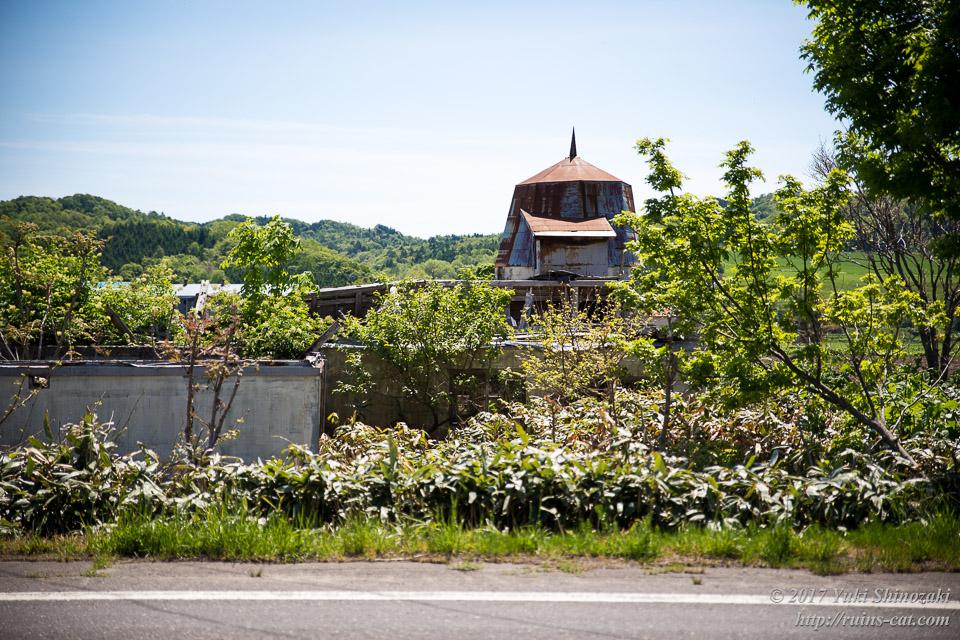 【廃墟写真】苫前町岩見のサイロ跡_国道側からの外観