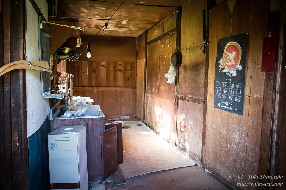 【廃墟写真】滝ノ上原野の廃屋群_隣の建物の内部(キッチン)